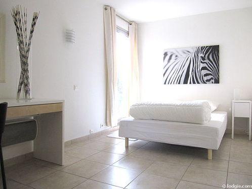 Chambre de 12m² avec du carrelageau sol