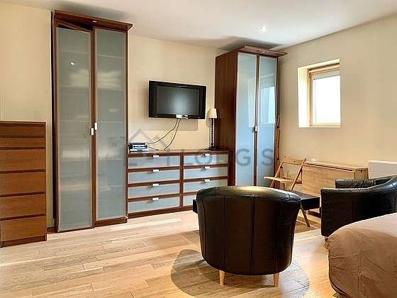 Very quiet living room furnished with 1 bed(s) of 140cm, tv, 2 armchair(s), 1 chair(s)