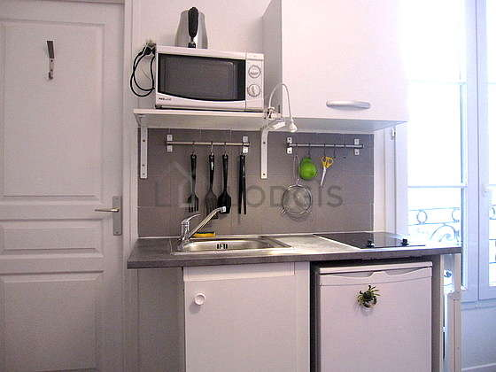 Cuisine équipée de plaques de cuisson, réfrigerateur, freezer, vaisselle