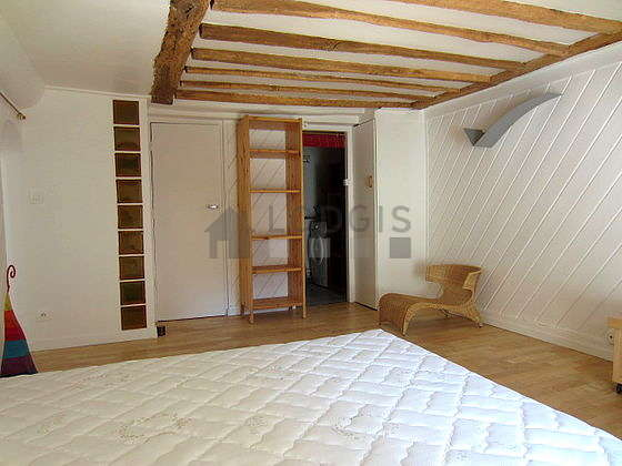 Bedroom with woodenfloor