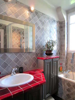 Beautiful and bright bathroom with windows and with slatefloor