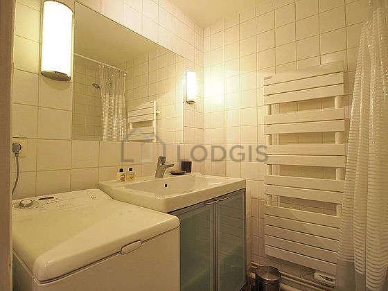 Salle de bain avec de l' ardoiseau sol