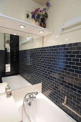 Salle de bain équipée de baignoire