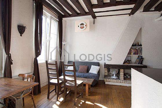 Salon très lumineux équipé de penderie, placard, 4 chaise(s)