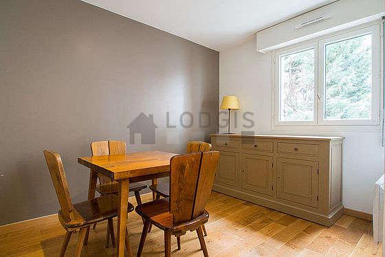 Superbe salle à manger avec du parquetau sol pouvant accueillir jusqu'à 4 convives