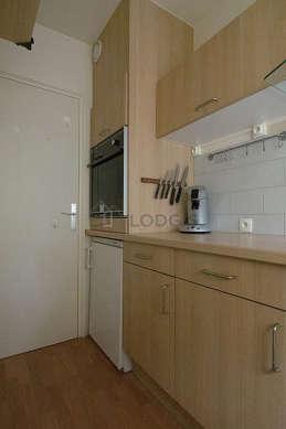Cuisine équipée de lave vaisselle, plaques de cuisson, freezer, hotte