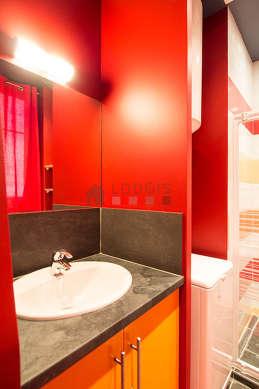 Agréable salle de bain avec fenêtres double vitrage et du carrelageau sol