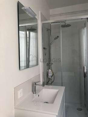 Belle salle de bain avec fenêtres double vitrage et du carrelageau sol