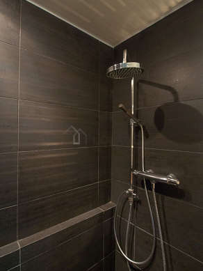Beautiful bathroom with concretefloor
