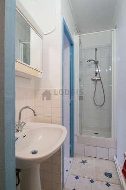 Beautiful and bright bathroom with linoleumfloor