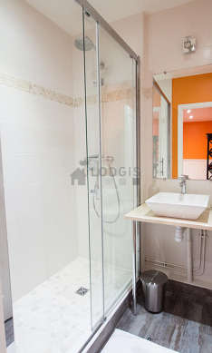 Belle salle de bain avec du linoleumau sol