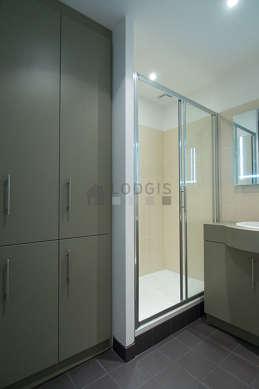 Beautiful bathroom with tilefloor