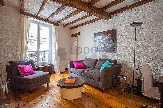 Séjour calme équipé de 1 canapé(s) lit(s) de 140cm, télé, 1 fauteuil(s), 1 chaise(s)