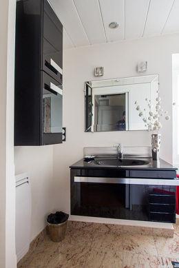 Agréable salle de bain claire avec fenêtres et du granitau sol