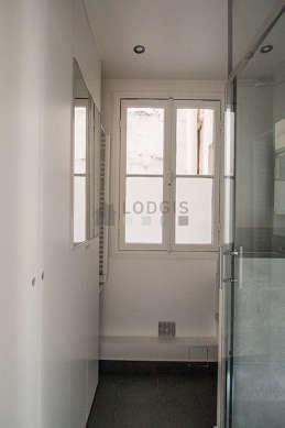 Agréable salle de bain avec fenêtres et du carrelageau sol