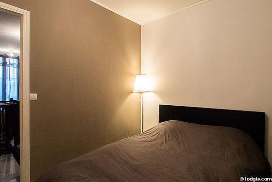 Chambre avec du carrelageau sol