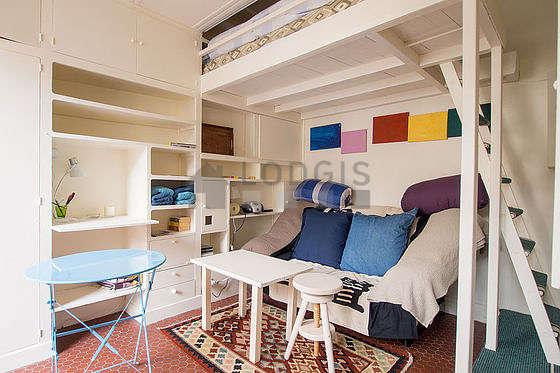 Séjour calme équipé de 1 lit(s) mezzanine de 140cm, canapé, table basse, penderie