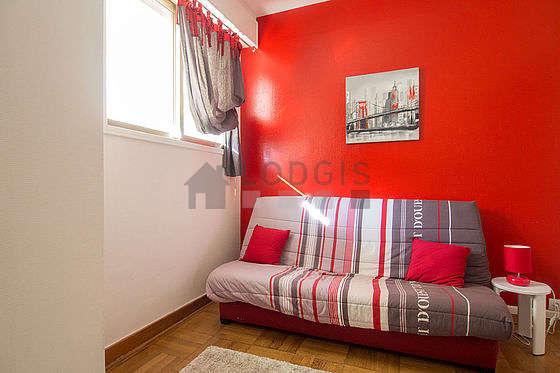 Séjour très calme équipé de 1 canapé(s) lit(s) de 140cm, télé, chaine hifi, 2 chaise(s)