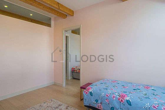 Bedroom with woodenfloor