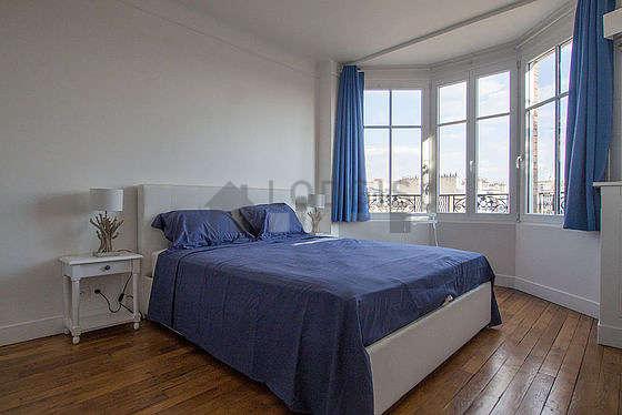 Bedroom of 13m² with woodenfloor