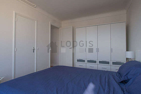 Very bright bedroom equipped with closet, 1 chair(s)