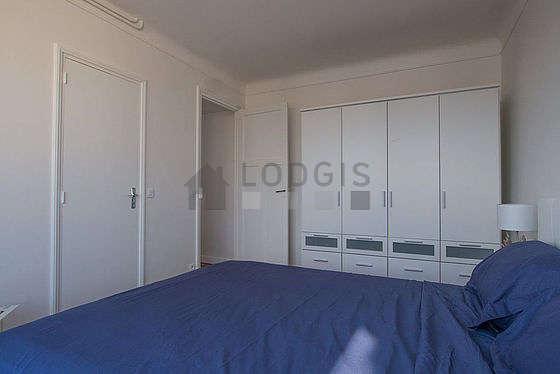 Chambre très lumineuse équipée de armoire, 1 chaise(s)