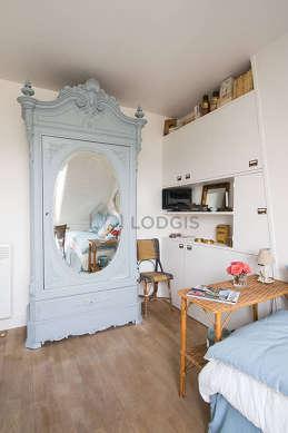 Séjour calme équipé de 1 lit(s) gigogne de 80cm, télé, armoire, placard