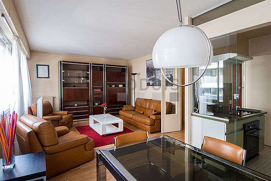Séjour calme équipé de 1 canapé(s) lit(s) de 140cm, télé, 2 fauteuil(s), 4 chaise(s)