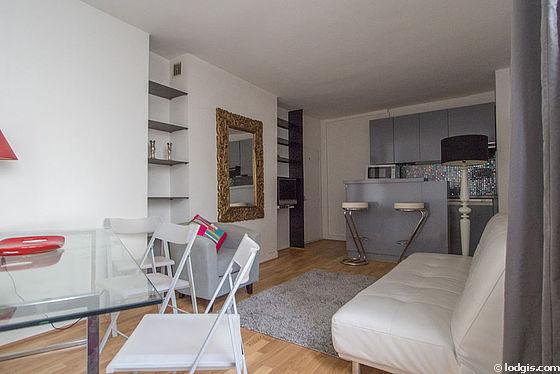 Séjour très calme équipé de 1 canapé(s) lit(s) de 130cm, télé, 1 fauteuil(s), 4 chaise(s)