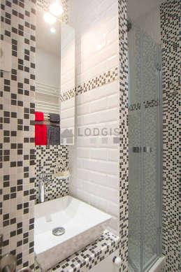 Belle salle de bain avec fenêtres et du parquetau sol