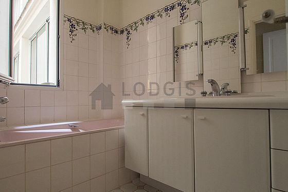 Very bright bathroom with double-glazed windows