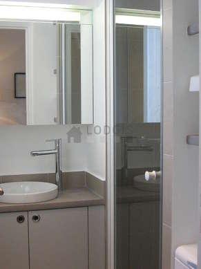 Salle de bain claire avec fenêtres double vitrage et du carrelageau sol