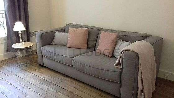Séjour très calme équipé de canapé, table basse, placard