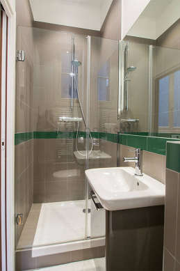 Pleasant and very bright bathroom with windows and with tilefloor