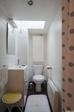 Belle salle de bain claire avec fenêtres