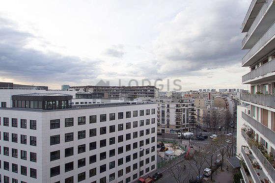 Very bright balcony with concretefloor