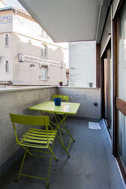 Quiet and very bright balcony with concretefloor