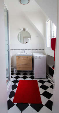 Beautiful and very bright bathroom with double-glazed windows and with tilefloor