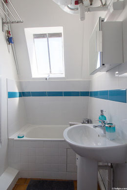 Beautiful and very bright bathroom with windows and with tilefloor