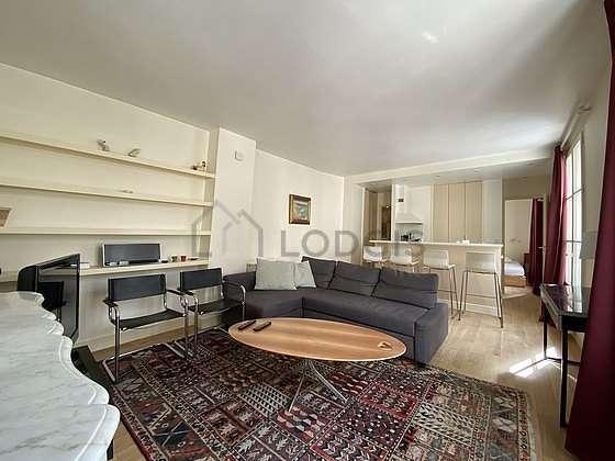 Séjour très calme équipé de 1 canapé(s) lit(s) de 140cm, télé, placard, 2 chaise(s)