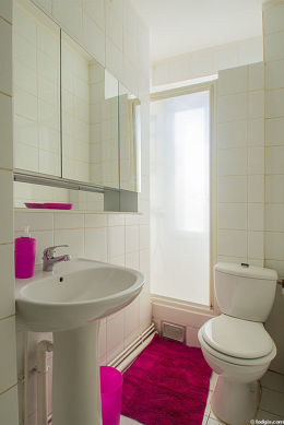 Very bright bathroom with double-glazed windows and with tilefloor