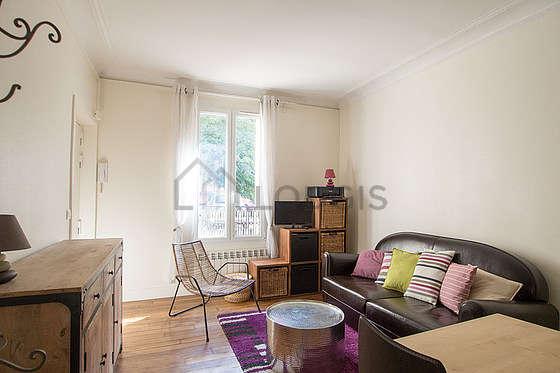 Séjour très calme équipé de 1 canapé(s) lit(s) de 140cm, télé, 1 fauteuil(s), 3 chaise(s)