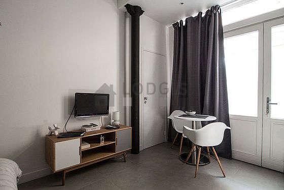 Salon avec du carrelageau sol