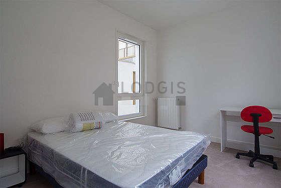 Bedroom of 15m² with the carpetingfloor