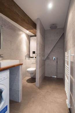 Agréable salle de bain avec du carrelageau sol