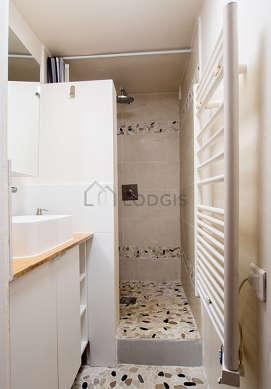 Salle de bain avec du bétonau sol