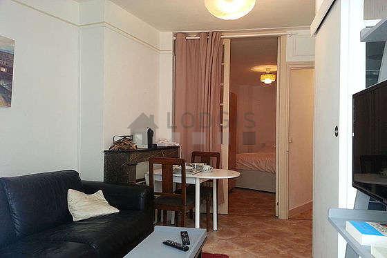 Salon de 11m² avec du linoleumau sol