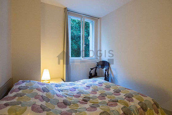 Bright bedroom equipped with storage space, 1 chair(s)