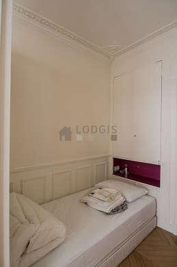 Bedroom of 6m² with woodenfloor