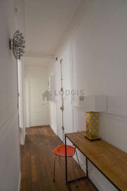 Beautiful entrance with woodenfloor and equipped with 1 chair(s)